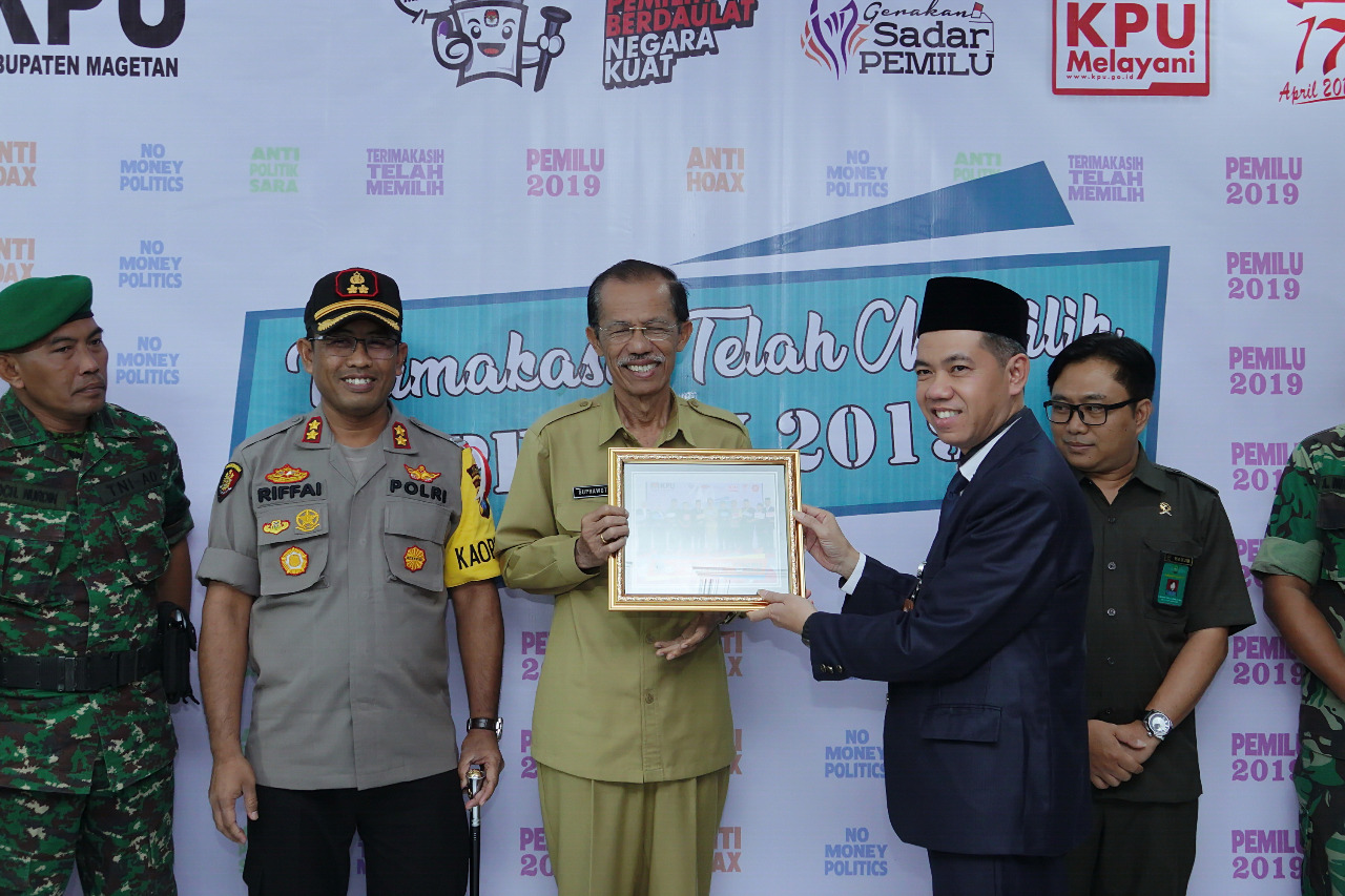 Bupati Magetan Suprawoto Menerima Cinderamata dari Ketua KPU Magetan